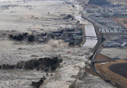 AP ©<br> Разрушительные последствия землетрясений и цунами в Японии.